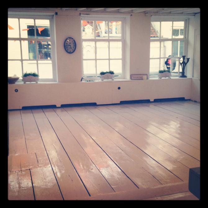 Showroom verbouwing witte vloer