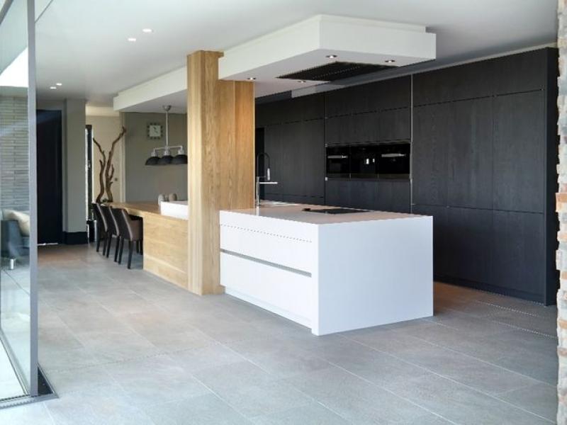 Keuken met kookeiland en tafel in verlengde interieur for Interieur keukens