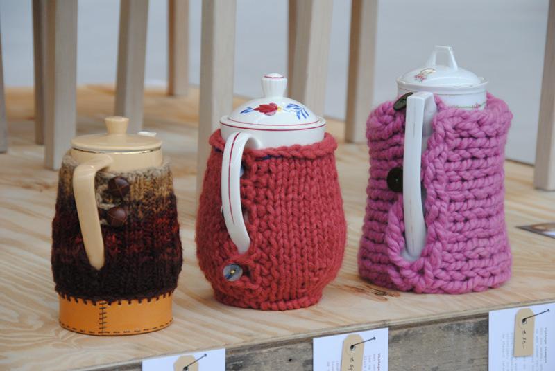 Leuke gebreide hoesjes voor om de theekan. En een sfeer impressie van ...: anoukdekker.nl/design-day-timmerfabriek-maastricht