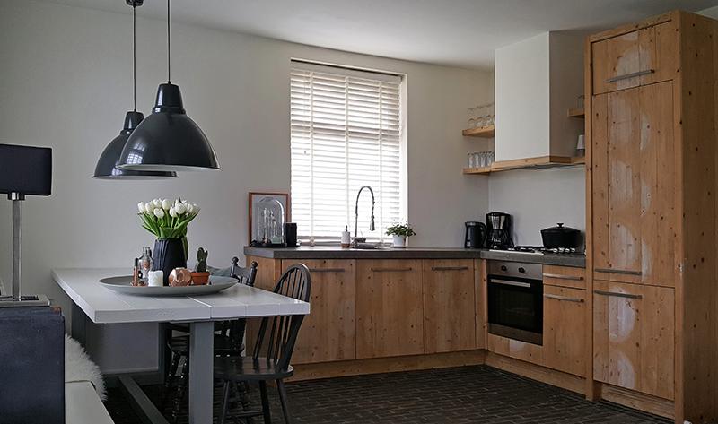 Early Dew Keuken : Early Dew) met koperkleurige accessoires in de woonkamer de boventoon