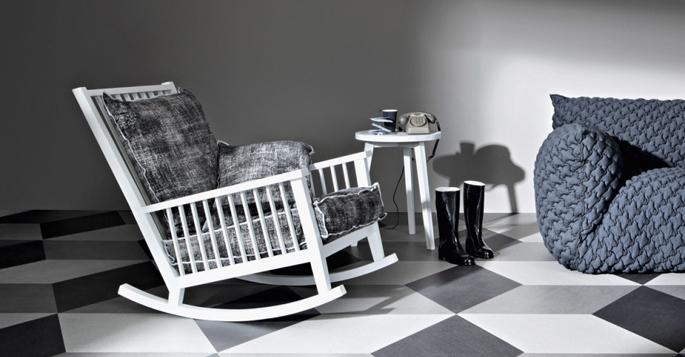 Deze schommelstoel in een ontwerp van Paola Navone en is verkrijgbaar ...