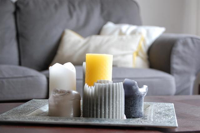 Gartenmobel Insel Sofa : Woonkamer Grijs Geel  Een paar gele kaarsen, gezellig voor een wat