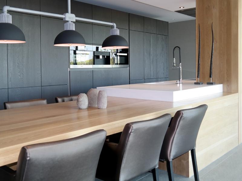 Keuken met kookeiland en tafel in verlengde   interieur   showhome.nl