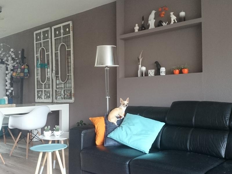 veel wit, naturel hout en zwart...een mix van oude en nieuwe meubels ...