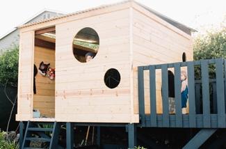 bouw-een-blokhut-speelhuis-op-palen-in-de-tuin-kl.jpg