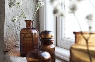 bruine-glazen-flessen-als-vaas-kl.jpg