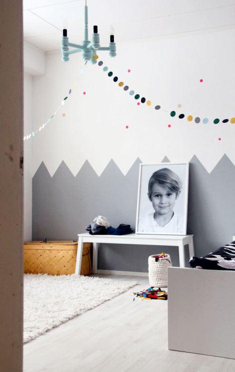 ... kast of een krukje in dezelfde kleur die je op de muur gebruikt hebt