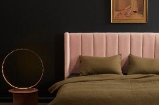 Een slaapkamer in hotelkamer stijl