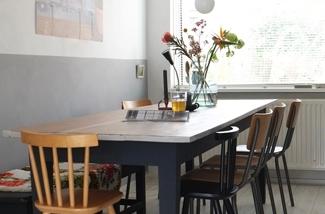 eettafel-styling-bloemen-kanderlaar-houten-tafel-kleedjes-schoolstoel-kl.jpg