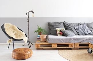 interieurontwerp-makeover-kussens-bloemen-palletbank-pallettafel-plant-vintage-kl.jpg
