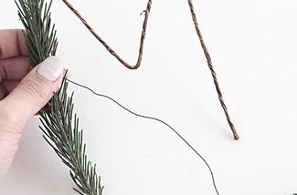 Maak een kerstslinger van dennentakken