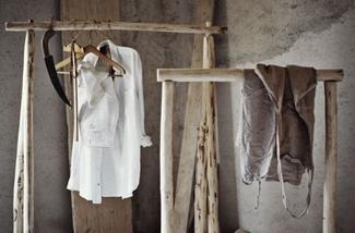 Maak een kledingrek van rondhout
