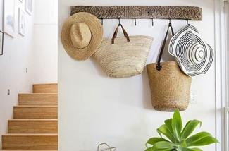 Manden en tassen van zeegras in je interieur