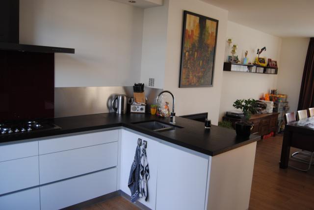 Woonkamer met open keuken interieur - Scheiding houten ...
