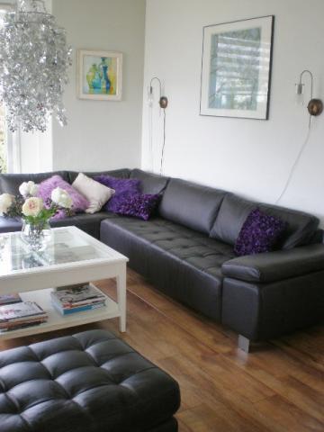 Woonkamer in wit en bruin interieur for Interieur huiskamer