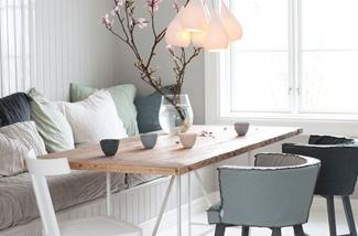 Tafel met stoelen en een bank