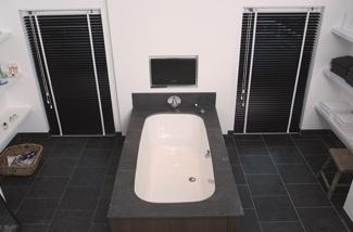 Raamdecoratie voor de badkamer