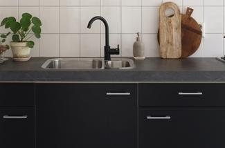 zwarte-keuken-keukenstyling-keukeninspiratie-pimpelwiit-interieurstyling-interieurontwerp-showhome-kl.jpg