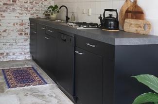 zwarte-keuken-keukenstyling-keukeninspiratie-pimpelwit-interieurstyling-interieurontwerp-wallpower-kl.jpg